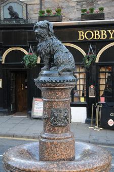 greyfriarsbobbysbar-statuevert